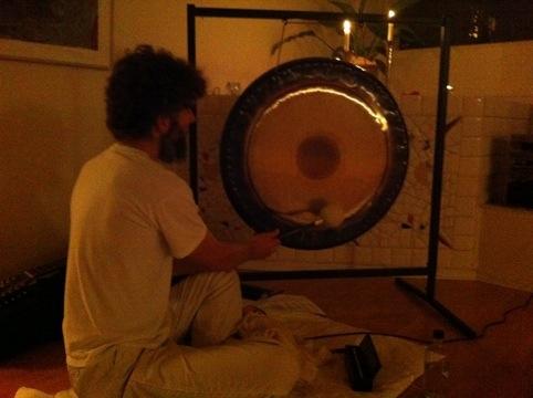 Janne Spetz spelar gong.jpg